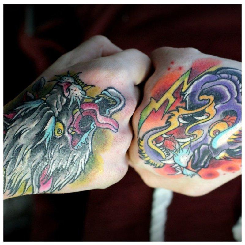 Spalvotos tatuiruotės ant kumščių