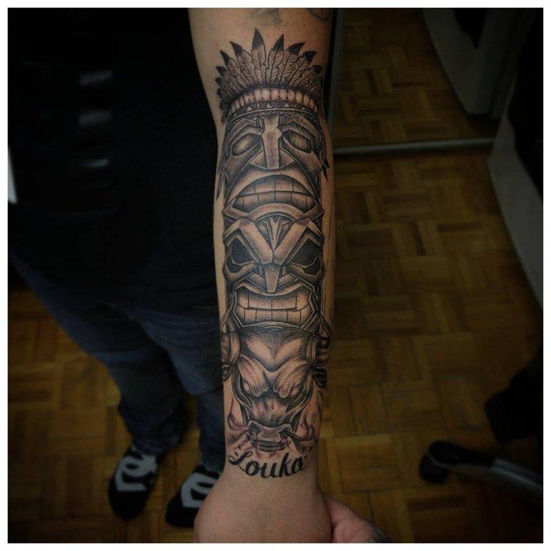 Didelė tatuiruotė ant vyro rankos