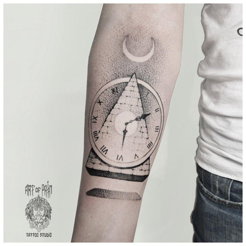 Simbolinė tatuiruotė ant vyro dilbio