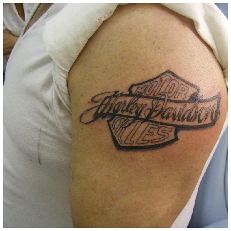 Tatuiruotės ir jūsų mėgstamo motociklo prekės ženklo užrašas