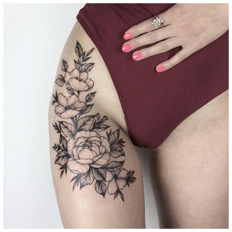 Tatuiruotė ant vidinės šlaunies dalies