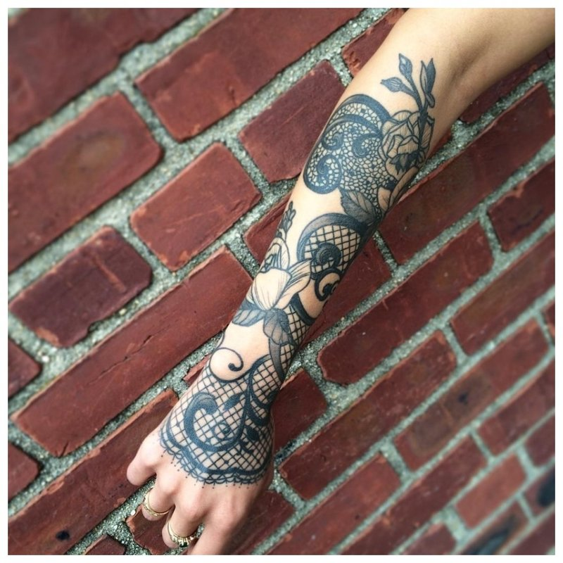Tatuiruotė tamsiomis rankomis