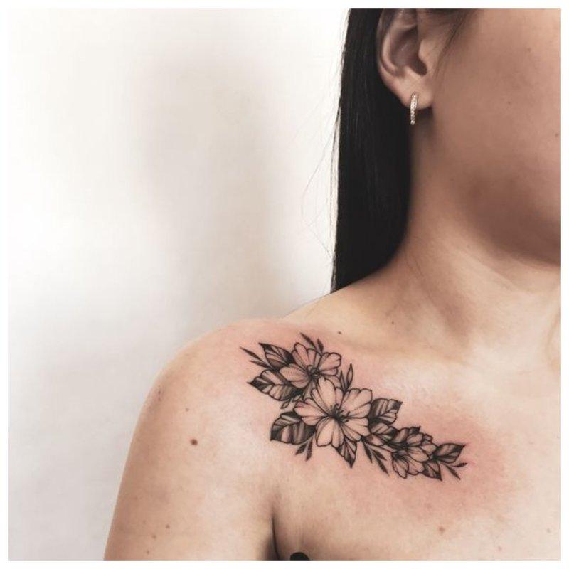 Didelės raktikaulio tatuiruotė