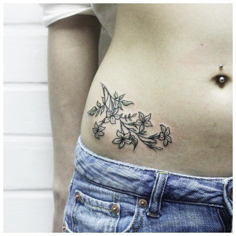 Gėlių tatuiruotė ant klubo