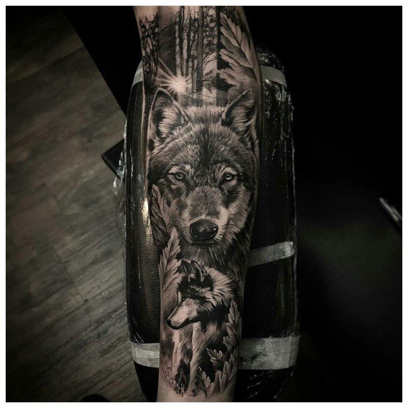 Mooie wolfentattoo op de arm van een man