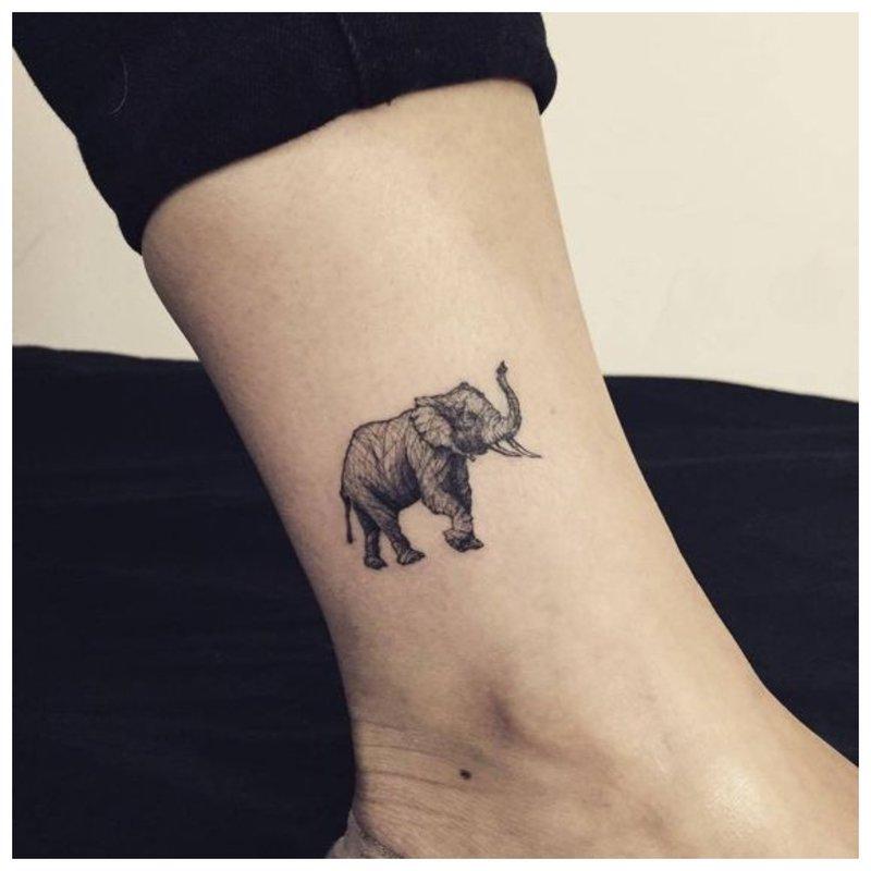 Dramblys - rankos tatuiruotė