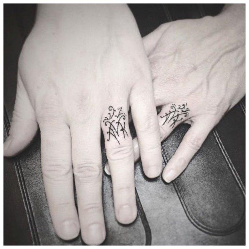 Originali pirštų tatuiruotė
