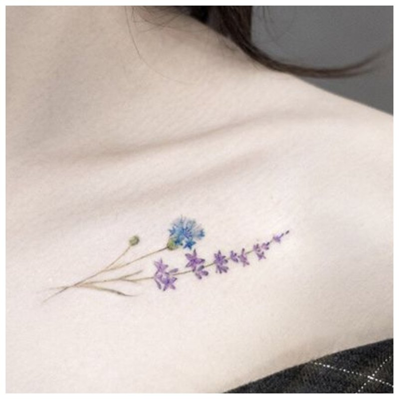 Graži gėlių - raktikaulio tatuiruotė