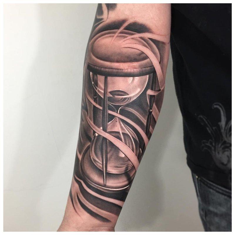 Graži tatuiruotė ant vyro dilbio