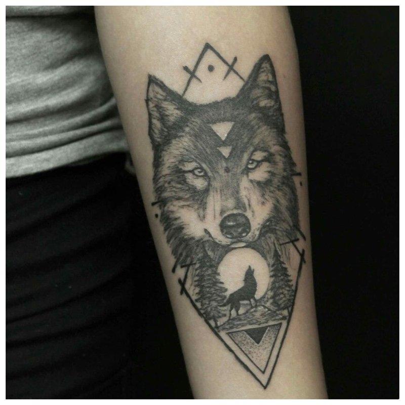 Wolf en geometrische figuur - tattoo op de arm