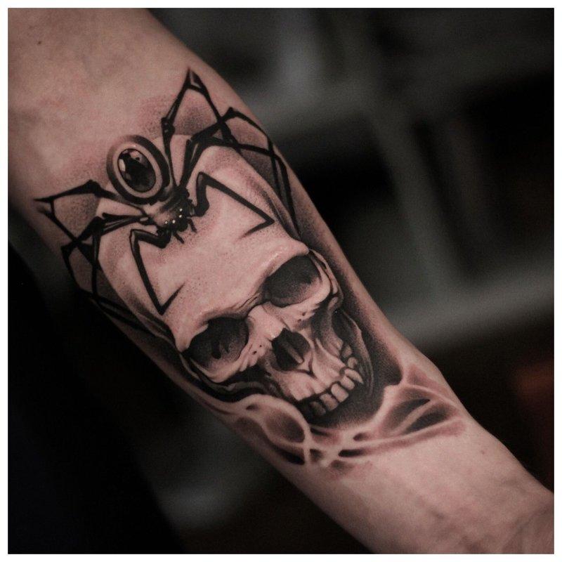 Kaukolė - tatuiruotė ant vyro rankos