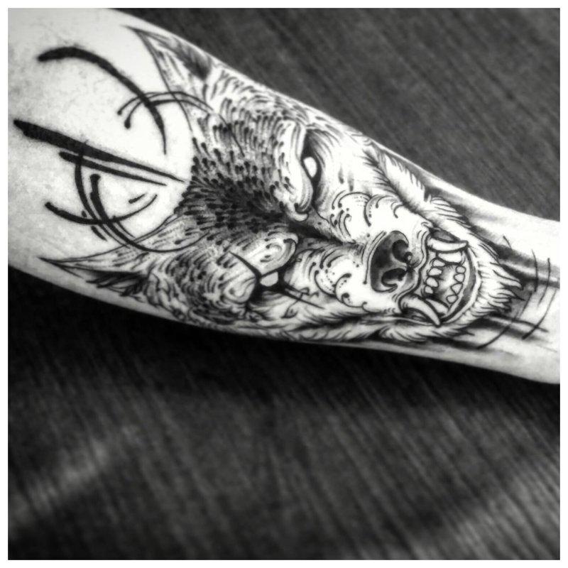 Plėšrus gyvūnas - tatuiruotė ant vyro dilbio