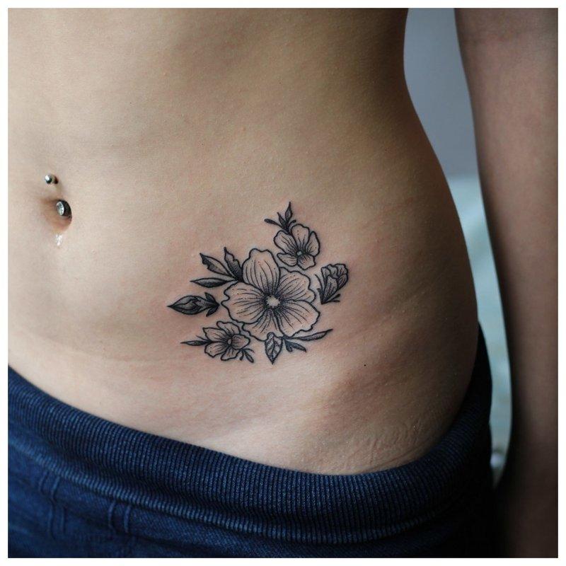 Didelė gėlių - klubų tatuiruotė