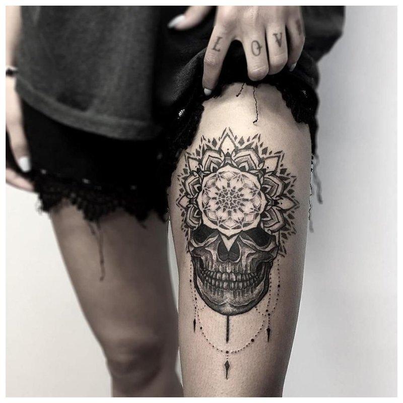 Tatuiruotė ant mergaitės šlaunies