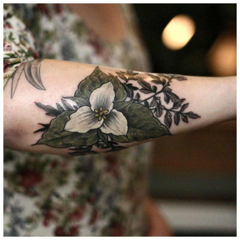 Visas rankos gėlių tatuiruotė