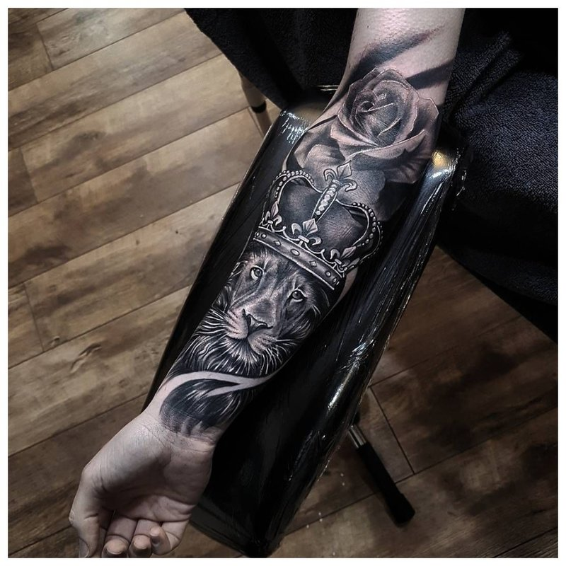 Mistinė tatuiruotė ant vaikino rankos