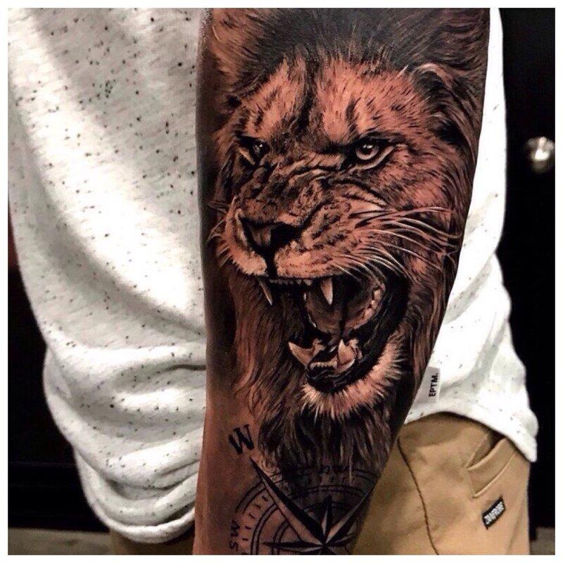 Tatuiruotės vyras ant dilbio