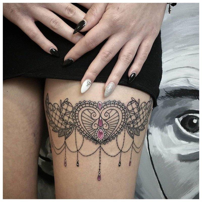 Rytietiška tatuiruotė ant mergaitės kojos