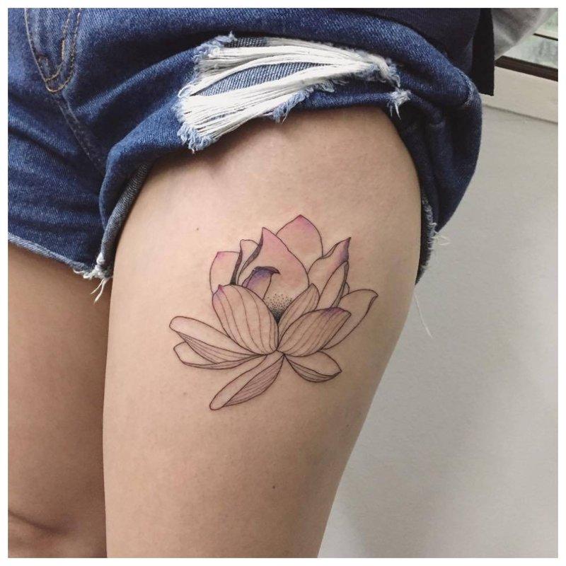 Subtili vidutinio dydžio gėlė - tatuiruotė ant kojos