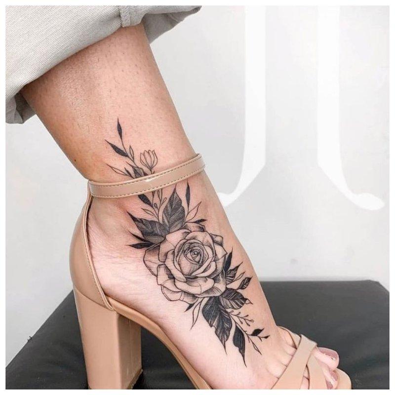 Juodai balta kulkšnies rožė