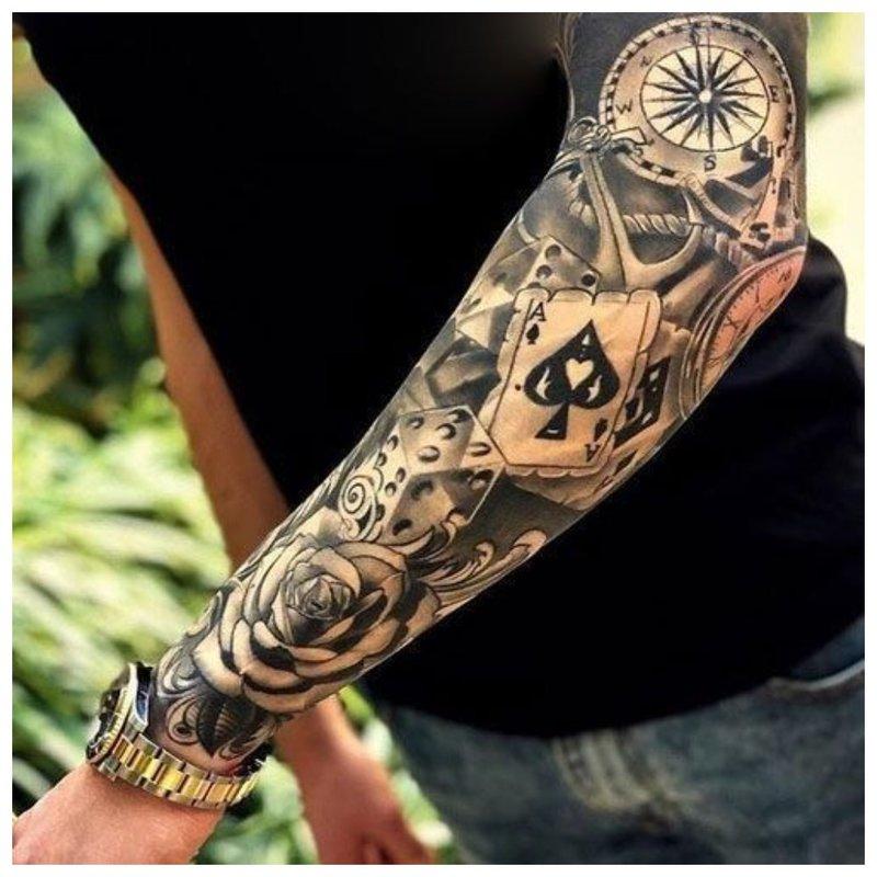 Visas rankos tatuiruotės vaikinas