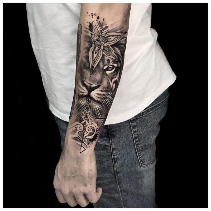 Liūtas - tatuiruotė vyrui
