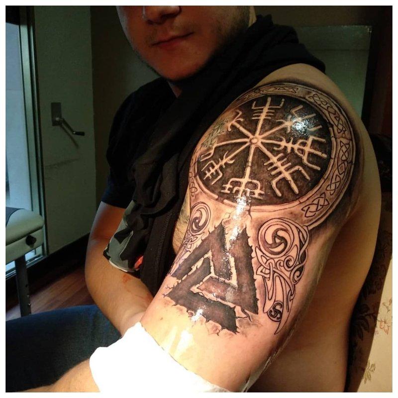 Slavų stiliaus tatuiruotė