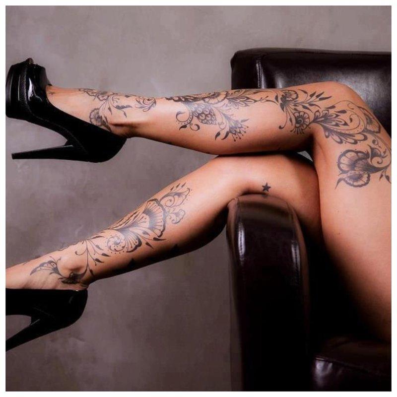Gėlių tatuiruotė ant visos kojos