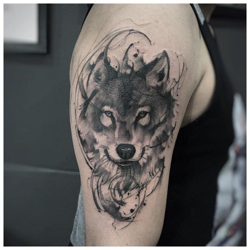 Wolfs gezicht - tatoeage op de schouder van een man