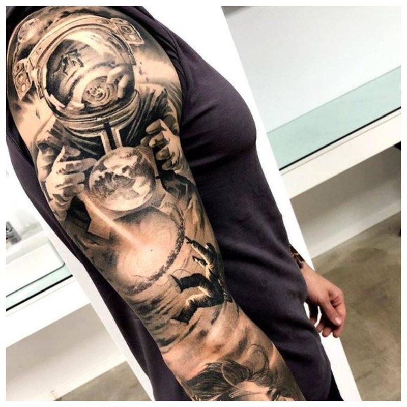 Tatuiruotės vaikinas ant visos rankos