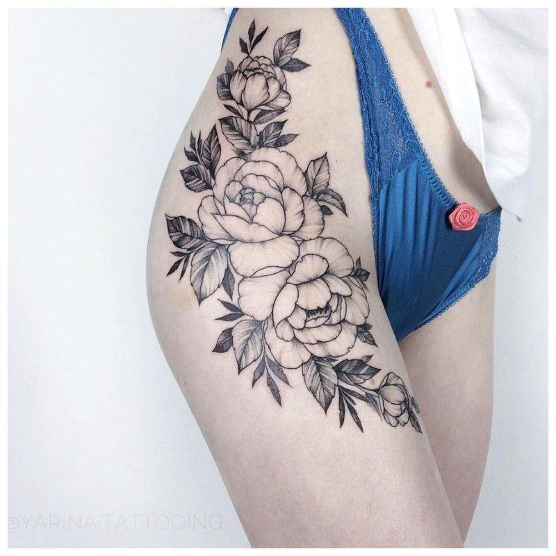 Tatuiruotė ant mergaitės klubo šono