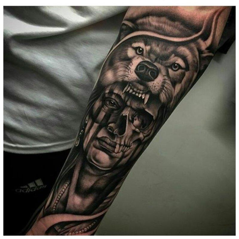 Wolfs mond - een tatoeage op de arm van een man