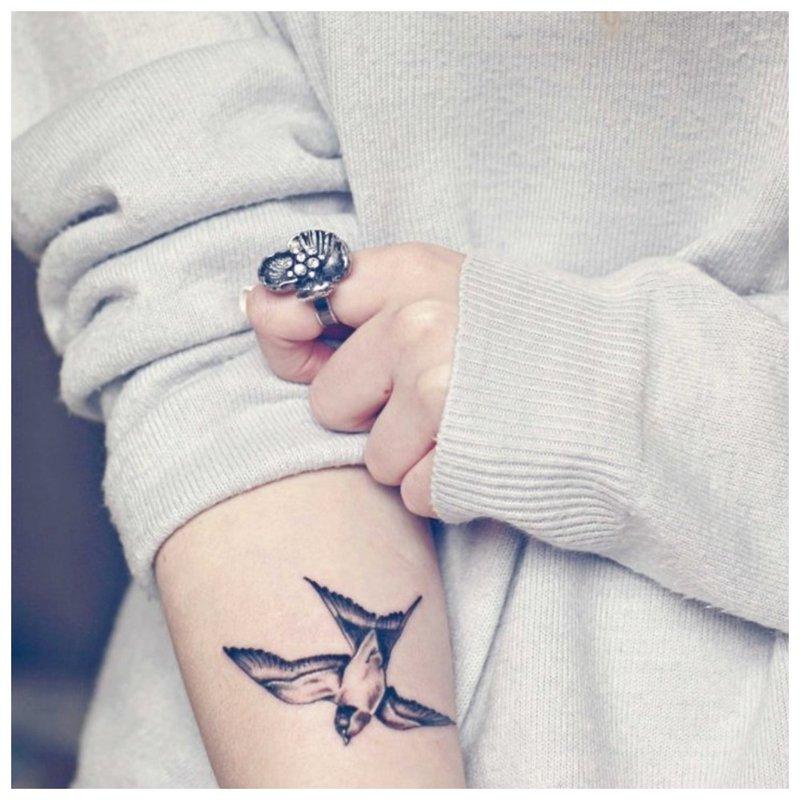 Gyvūnų tatuiruotė ant mergaitės rankos