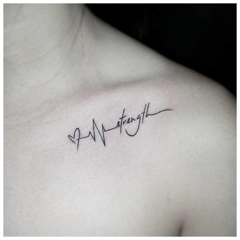 Frazė su kontūrine tatuiruote.