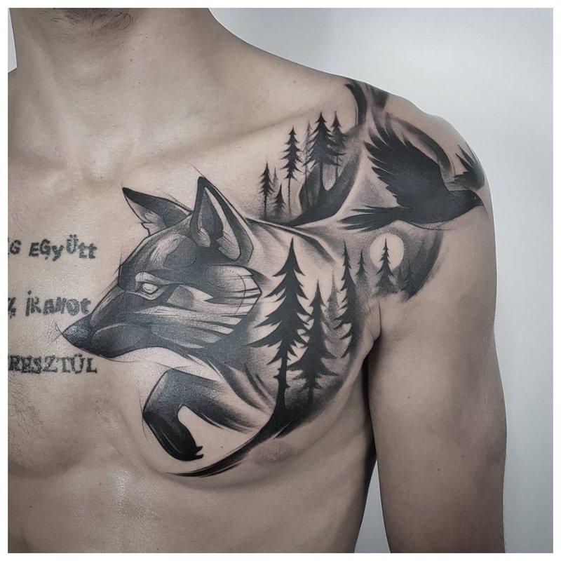 Wolf in het bos - tatoeage op de borst van een man