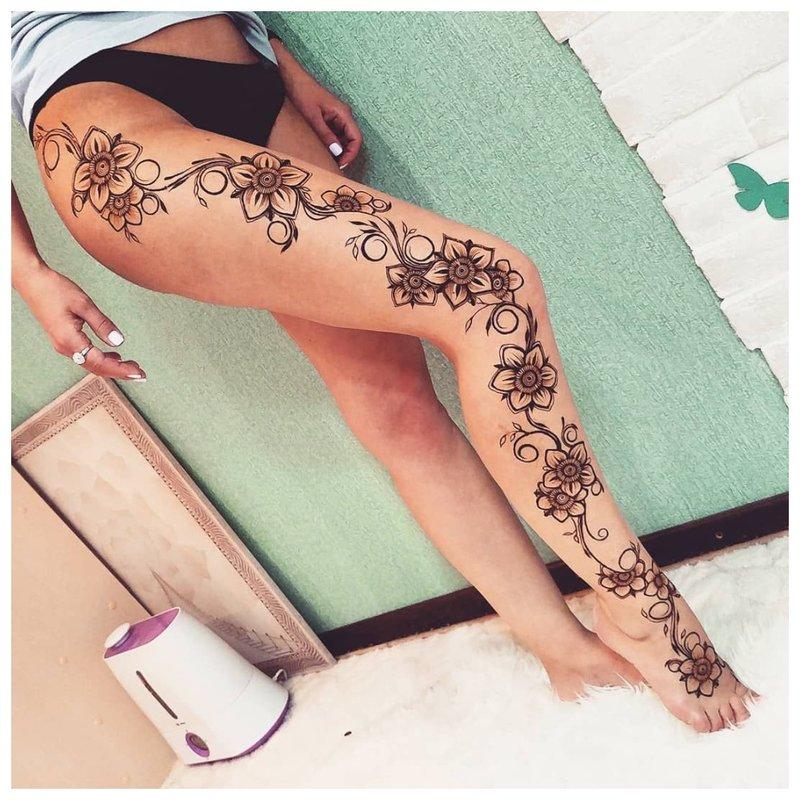 Subtili tatuiruotė ant visos kojos