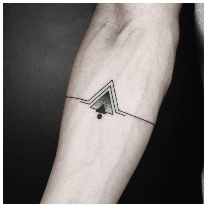 Originali simbolinė tatuiruotė ant dilbio