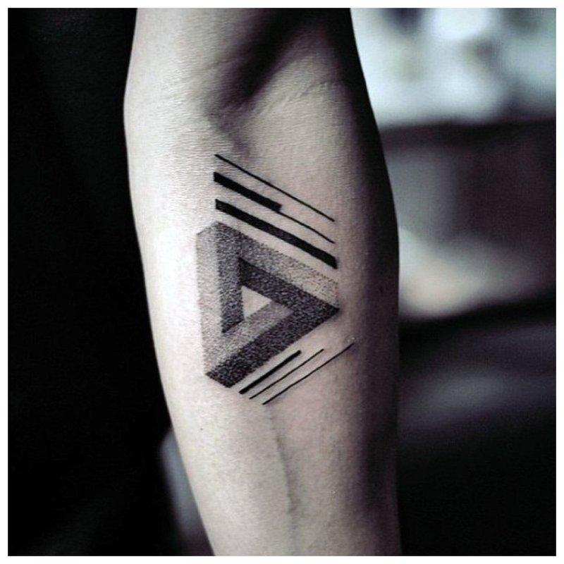 Trikampis - tatuiruotė vyrams ant dilbio