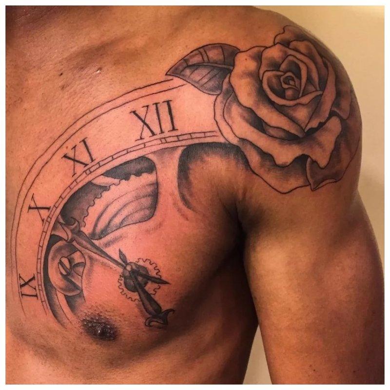 Tatuiruotė su rože ant peties