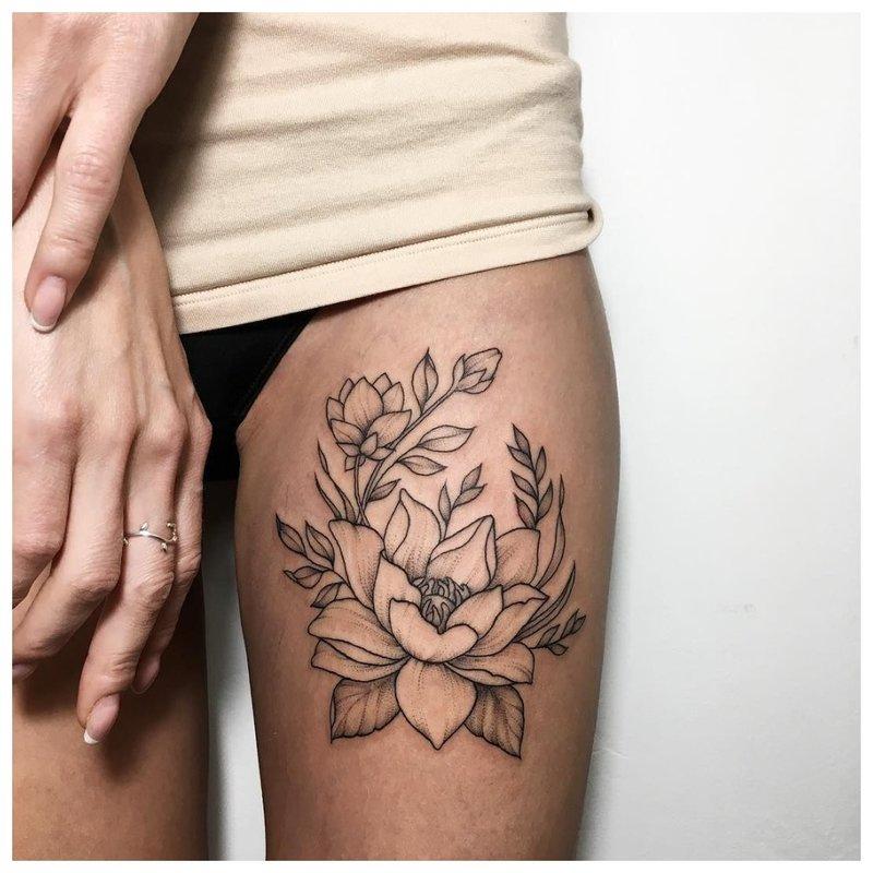 Gėlių tema tatuiruotėms su šlaunimis