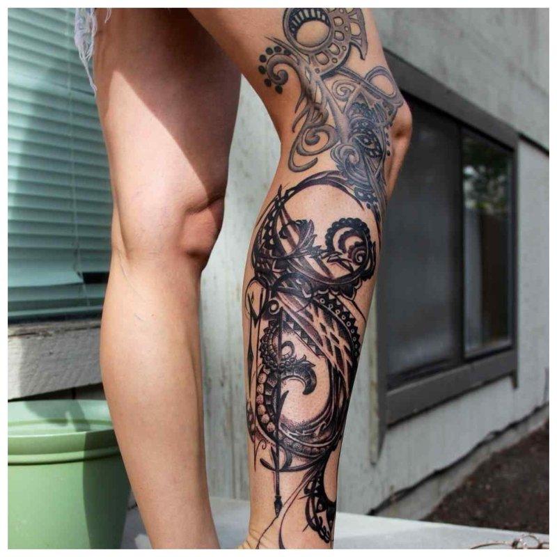 Šauni tatuiruotė ant visos kojos