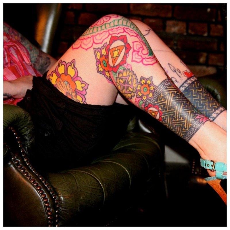 Visas kojos tatuiruotė spalvos