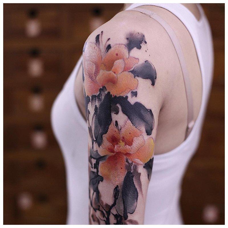 Tatouage à l'aquarelle sur l'épaule