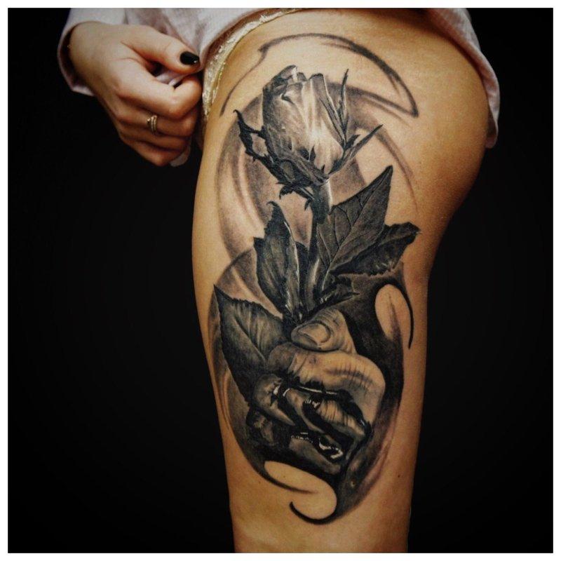 Tatouage à la main rose