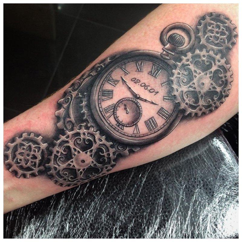 Steampunk-tatoeage op de arm