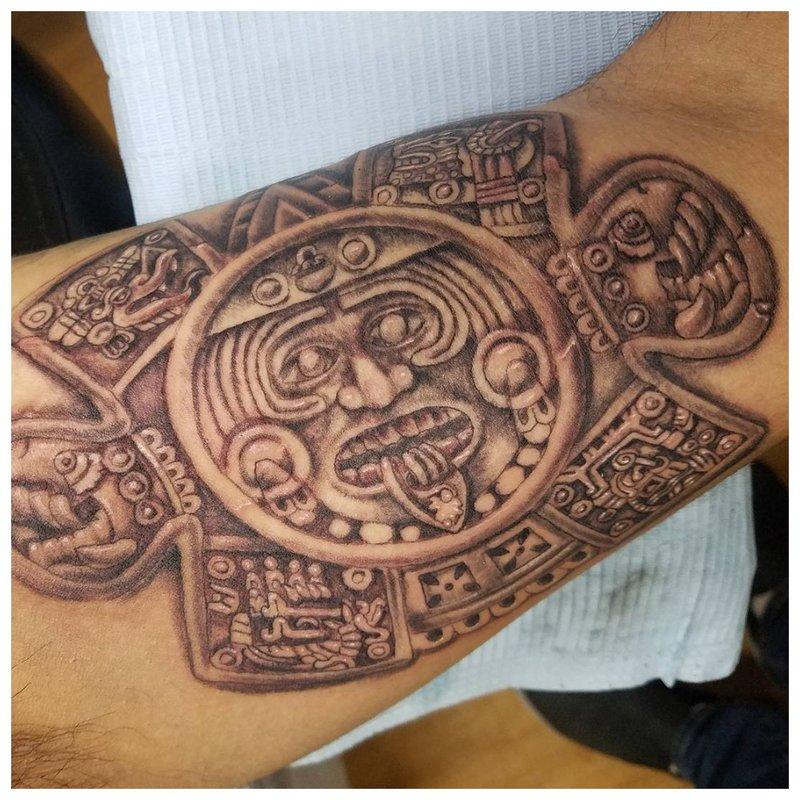 Maya-tatoeage op het scheenbeen