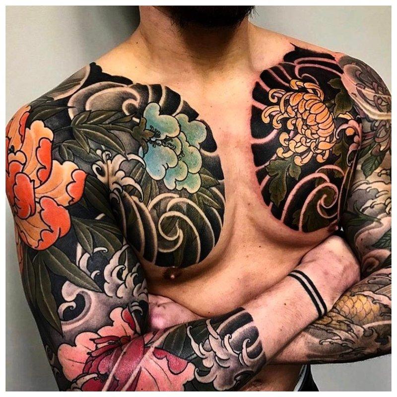 Heldere tatoeage op de armen