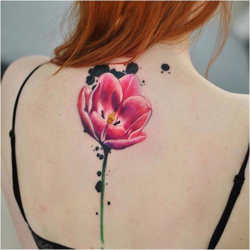 Ryški akvarelės tulpė ant nugaros