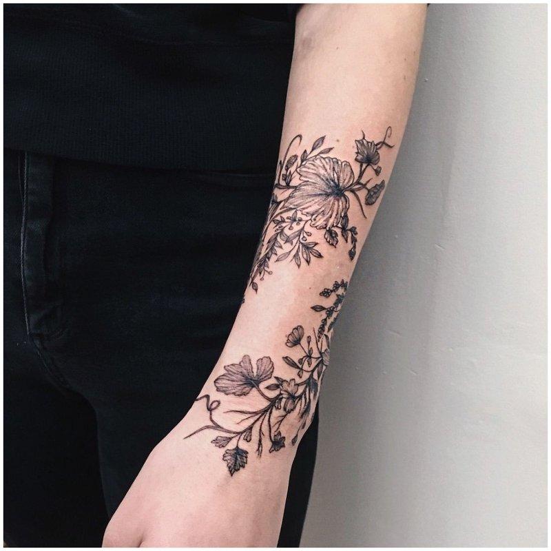 Apatinio alkūnės kontūro tatuiruotė