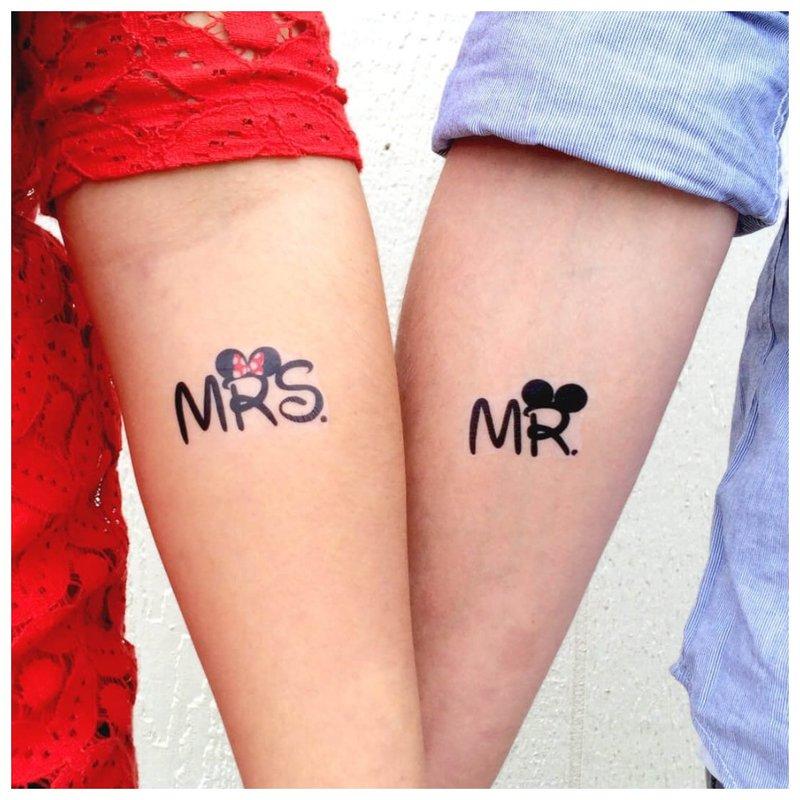 Tatuiruotė porai su užrašu anglų kalba